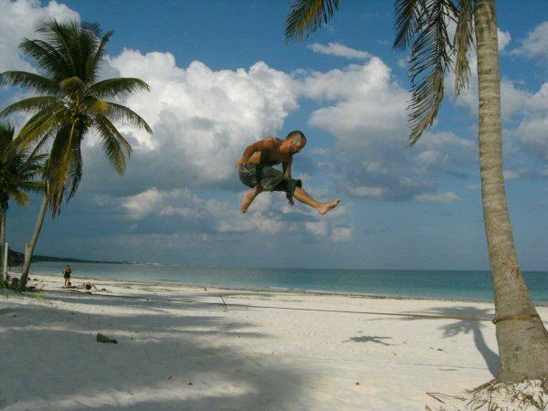 Gibbon-Slacklines-Travel-Line-X13-Tricklining-australia-beach